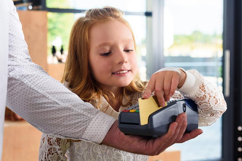 Изображение - Со скольки лет можно оформить кредитную карту rebenok-oplata-kartoi